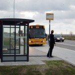 محادثة في موقف الباص